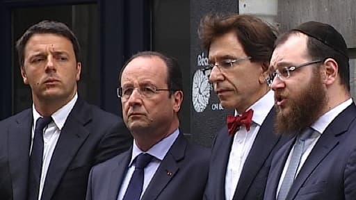 Le président François Hollande (2e g.), ce mardi devant le Musée juif de Belgique à Bruxelles.