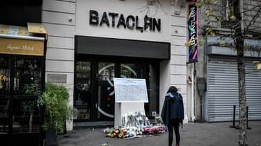 Une femme se recueille devant le Bataclan, le 13 novembre 2019 à Paris