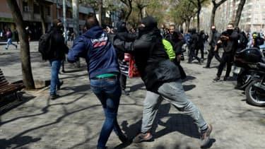 Un indépendantiste catalan (D) se bat avec un partisan de l'extrême droite, le 30 mars 2019 à Barcelone