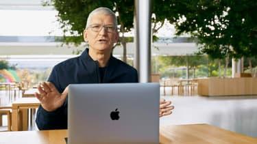 Photo fournie par Apple du patron du groupe Tim Cook au siège de l'entreprise à Cupertino, le 10 novembre 2020 en Californie