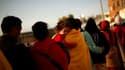 Queue pour obtenir des vivres à Lorca, dans le sud-est de l'Espagne. Les secouristes ont interdit de regagner pour l'instant les habitations, endommagées par un séisme qui a fait huit morts mercredi. /Photo prise le 12 mai 2011/REUTERS/Jon Nazca