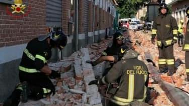 Capture d'image d'une vidéo diffusée le 24 juin 2020 par les pompiers italiens montrant une équipe de secours sur les lieux de l'effondrement d'un bâtiment industriel à Albizzate, dans le nord de l'Italie