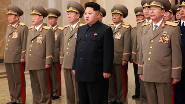 Kim Jong-un avec ses généraux.