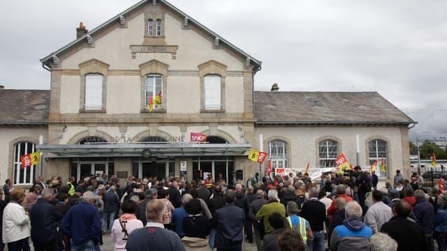 Les manifestants, 200 selon les gendarmes, 400 selon les organisateurs, se sont rassemblés devant la gare de la ville.