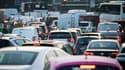 Circulation chargée autour de la Porte Maillot à Paris