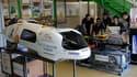 A Saint Sébastien-sur-Loire, près de Nantes, des étudiants travaillent sur le MicroJoule, un véhicule de forme allongée destiné à une seule personne et équipé d'un moteur classique, capable de rouler 3.771 kilomètres avec un seul litre d'essence. La hauss