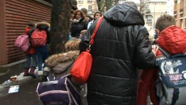 Martine, 62 ans, va chercher Alexandre et Marie tous les jours à l'école.