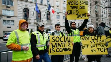 Des personnes manifestent devant le consulat de France à New York le 22 décembre 2018