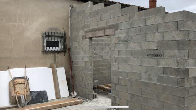 Photo de la construction collée à leur maison
