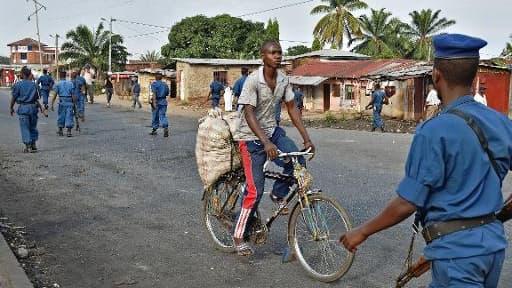 Des policiers burundais dans un quartier de Bujumbura, le 2 juin 2015