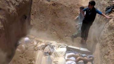 Image prise par le comité local d'Arbeen, montrant ce qui est présenté comme une fosse commune. Les corps seraient les victimes d'une attaque au gaz neurotoxique survenue dans cette banlieue de Damas le 21 août.