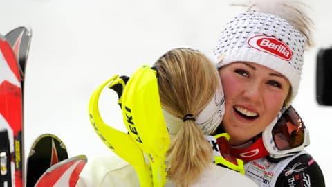 Mikaela Shiffrin, de face, serre dans ses bras sa concurrente autrichienne, arrivée seconde.