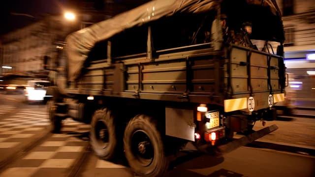 Trois transports de troupes de l'armée sont arrivés en soutien aux forces de police.