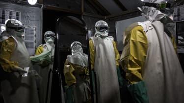 Médecins protégés par des équipements spéciaux dans une base de MSF soignant ebola, le 3 novembre 2018 à Butembo, RDC.