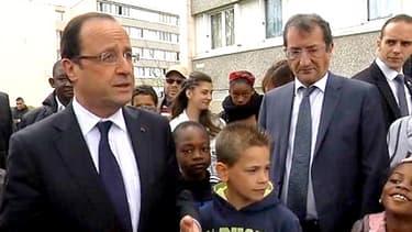 François Hollande parmi des habitants du quartier des Mureaux le 30 avril dernier.