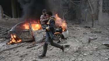 Un secouriste syrien évacue un enfant dans le quartier de la Ghouta, près de Damas, en janvier 2018.
