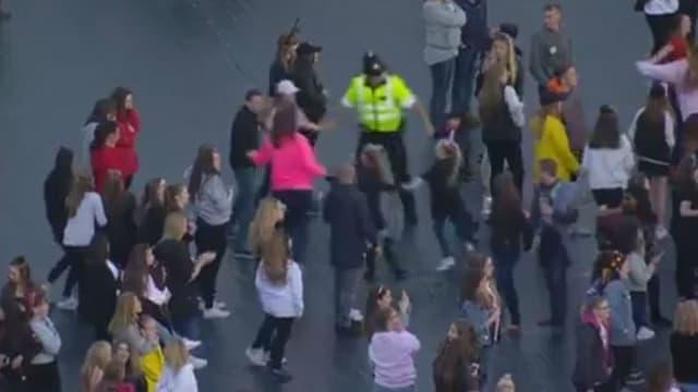 Un policier danse avec les spectateurs pendant le concert de charité à Manchester, le 4 juin 2017