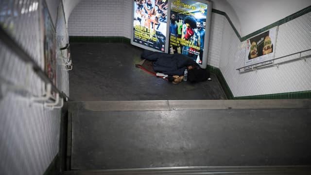 Un sans-abris dans le métro (photo d'illustration)