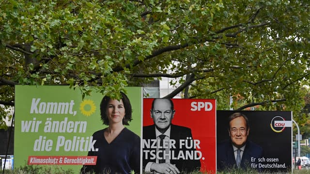 Allemagne: affiches de campagne pour les élections législatives montrant les trois candidats à la chancellerie Olaf Scholz (SPD), Armin Laschet (CDU) et Annalena Baerbock (Les Verts)