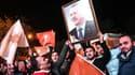 Des supporters brandissent un portrait de Recep Tayyip Erdogan après la victoire de l'AKP aux législatives, le 1er novembre, à Istanbul.