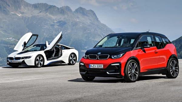 La nouvelle version de la i3, la i3s, devant la BMW i8, la sportive hybride rechargeable de la marque.