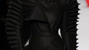 La collection hivernale de Viktor & Rolf, toute de noir et blanc, ponctuée de touches de rouge, a offert samedi lors de la semaine de la mode à Paris une vision à la fois guerrière et futuriste du vestiaire féminin. /Photo prise le 5 mars 2011/REUTERS/Gon