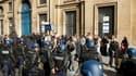 Une tentative de manifestation près de l'ambassade des Etats-Unis à Paris contenue par les gendarmes, samedi à Paris. Le dispositif de sécurité a été renforcé devant cette mission diplomatique et dans les rues adjacentes en prévision d'éventuelles manifes