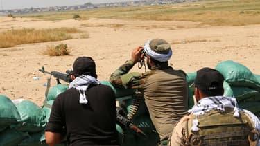 Les peshmergas scrutent l'horizon dans un village à 45 kilomètres de Kirkuk, le 18 avril 2015.