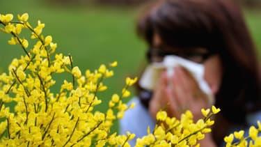 Une femme éternue avec l'arrivée des pollens (illustration)