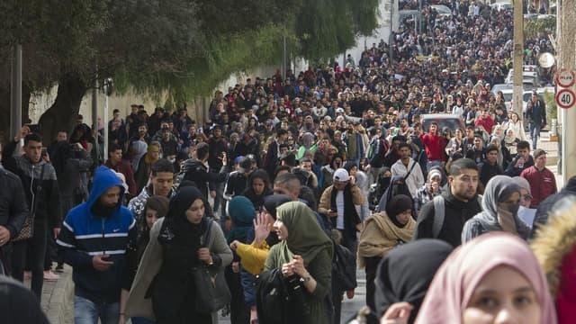 Des étudiants algériens défilent dans les rues de la capitale, le 26 février 2019, contre un 5e mandat d'Abdelaziz Bouteflika.