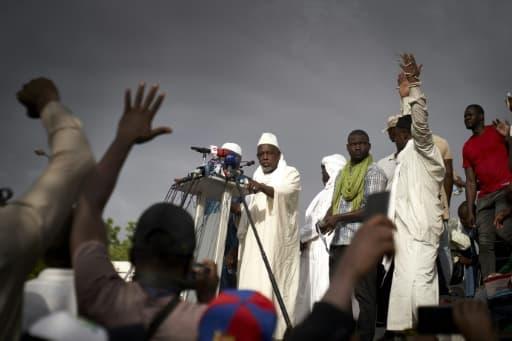L'influent imam Mahmoud Dicko s'adresse à la foule sur la place de l'indépendance à Bamako le 5 juin 2020
