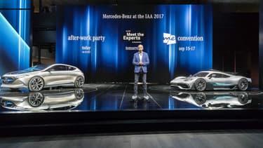 Dieter Zetsche, au salon automobile de Francfort cette semaine, à côté du concept électrique EQ A (à gauche) et de la Project One, sa supercar hybride (à droite).