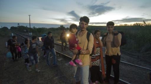 Des migrants sur la voie ferrée transfrontalière entre la Serbie et le village hongrois de Asotthalom, le 24 août 2015