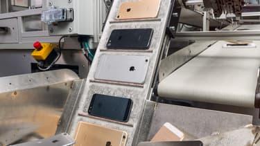 Daisy désassemble neuf versions d'iPhone pour trier chaque composant. Ce robot peut démonter jusqu'à 200 appareils par heure.