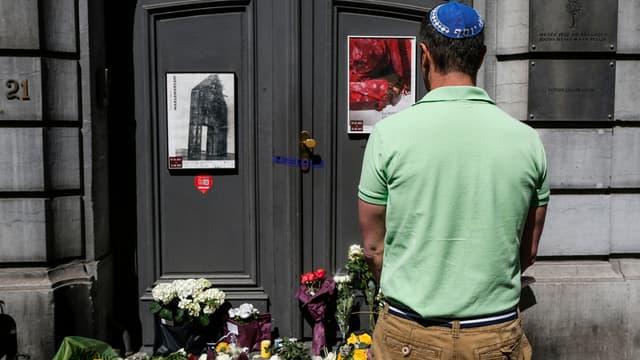 Un homme de confession juive se recueille devant le Musée juif de Bruxelles, où a eu lieu une tuerie le 25 mai dernier.