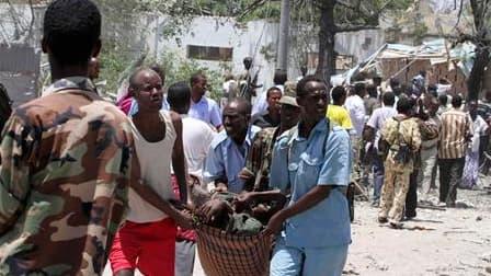 Evacuation d'un blessé à Mogadiscio où une explosion, due à un camion piégé, a tué au moins 65 personnes. L'attaque a été lancée par les rebelles islamistes somaliens contre des bâtiments officiels. /Photo prise le 4 octobre 2011/REUTERS/Omar Faruk