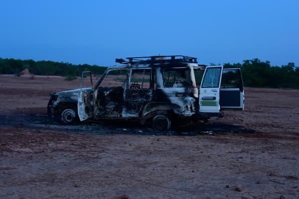 La voiture sinistrée de l'ONG Acted.