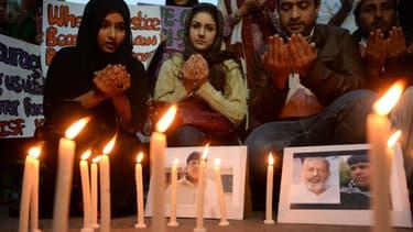 Des étudiants rendent hommage Aitzaz Hassan, l'adolescent qui s'est sacrifié pour sauver son école d'un attentat, à Karachi (Pakistan), le 12 janvier 2014.