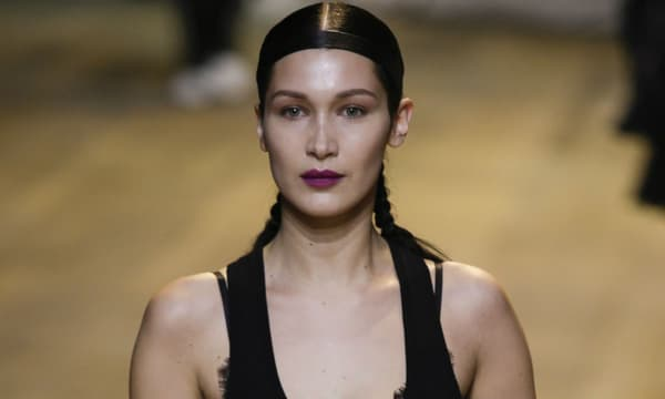 Bella Hadid à la Fashion Week de Paris en 2017