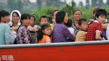 Habitants évacués dans une zone inondée à Fuzhou, dans la province chinoise de Jiangxi. Selon un bilan provisoire, inondations et glissements de terrain provoqués depuis une semaine par des pluies diluviennes ont fait 365 morts et 147 disparus dans le sud