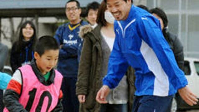 Daisuke Matsui joue avec des enfants victimes du séisme de Sendai