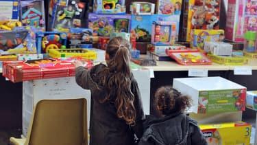 """Des enfants regardent les cadeaux """"égarés"""" de La Poste, exposés à la salle des ventes d'Ouest Enchères publiques, à Nantes."""