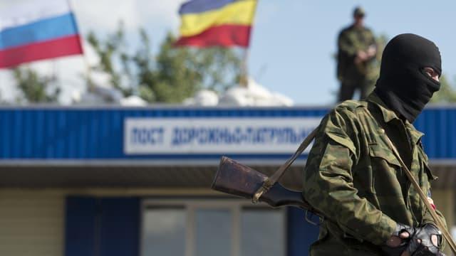 Un séparatiste pro-russe entre Lougansk et Donetsk, le 28 juin 2014.