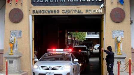 Voitures du convoi escortant le marchand d'armes russe présumé Victor Bout, à la sortie de la prison centrale de Bangkwang, dans la province thaïlandaise de Nonthaburi. Viktor Bout, qui avait été arrêté en mars 2008 en Thaïlande, a été extradé mardi vers