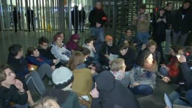 Plusieurs dizaines de personnes se sont rassemblées vendredi matin devant le siège français d'Amazon à Clichy (Hauts-de-Seine), en banlieue de Paris.
