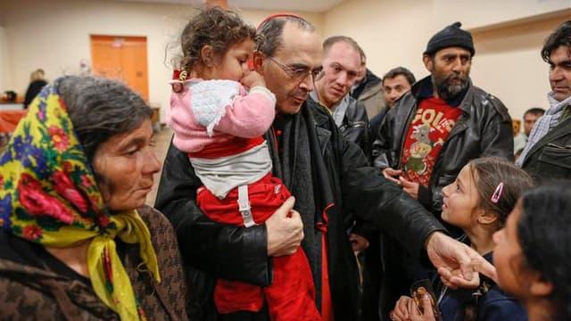 Le cardinal archevêque de Lyon, Philippe Barbarin, est allé apporter son soutien vendredi à une cinquantaine de Roms expulsés la veille de leur campement et réfugiés depuis dans une salle paroissiale du 7e arrondissement de la ville. /Photo prise le 29 ma