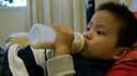 Un enfant buvant du lait.