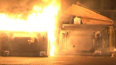 Incendie de poubelles, échanges de tirs de cailloux et de flashball, la situation était tendue vendredi soir à Trappes, entre forces de l'ordre et jeunes.