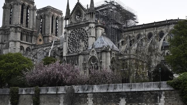 Emmanuel Macron a promis de reconstruire d'ici cinq ans le joyau de l'art gothique en partie détruit par un incendie il y a trois semaines