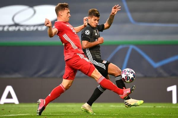 Bruno Guimaraes (en noir) au duel avec Joshua Kimmich lors de la demi-finale de la Ligue des champions face au Bayern Munich en août 2020